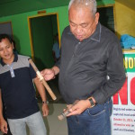 Purok Leader Gerbabuena turns over a 'sumpak' to Peace and Order Committee chairmen. (5)